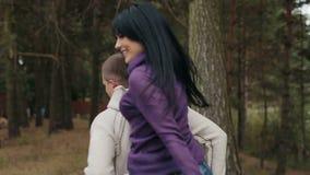 Pares felices jovenes que pasan el tiempo feliz junto en el parque del otoño Día asoleado Gran humor outdoors metrajes