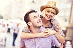 Pares felices jovenes que se divierten en la ciudad vieja imagenes de archivo