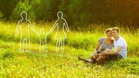 Pares felices jovenes que se sientan en hierba verde en parque y que los sueñan alrededor para poseer la familia y al bebé Concep libre illustration