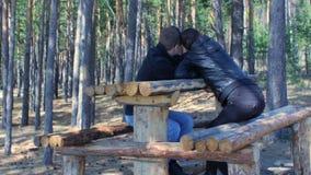 Pares felices jovenes que tienen resto que se relaja tomando el selfie con el teléfono móvil en bosque almacen de video