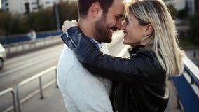 Pares felices jovenes románticos que se besan y que abrazan imagen de archivo libre de regalías