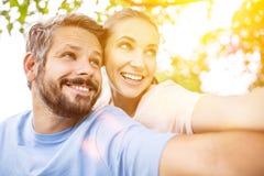 Pares felices junto en verano Imagen de archivo libre de regalías