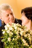 Pares felices maduros con las rosas fotografía de archivo libre de regalías