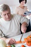 Pares felices mayores en la cocina Fotografía de archivo