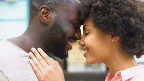 Pares felices nuzzling, momentos románticos, unidad de la relación, afecto del amor metrajes