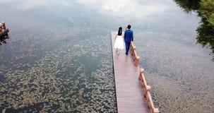 Pares felices por la opinión aérea del lago almacen de video