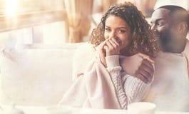 Pares felices positivos que se sientan junto en el café Fotos de archivo libres de regalías