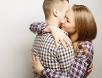 Pares felices preciosos que abrazan sobre fondo gris Fotos de archivo libres de regalías
