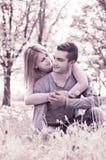 Pares felices que abrazan en parque Imagen de archivo