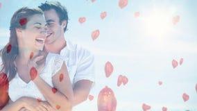 Pares felices que abrazan en un día soleado con el globo rojo para el día de San Valentín metrajes