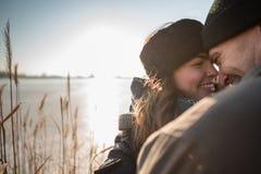 Pares felices que abrazan, sol en fondo Imagen de archivo libre de regalías
