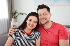 pares felices que abrazan y que sonr?en foto de archivo libre de regalías