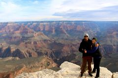Pares felices que admiten la belleza cruda de Grand Canyon Fotos de archivo