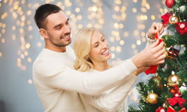 Pares felices que adornan el árbol de navidad Fotografía de archivo