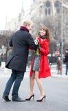 Pares felices que bailan cerca de Notre Dame Imagen de archivo