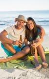 Pares felices que beben junto Imagen de archivo libre de regalías