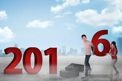Pares felices que cambian el número 2015 con 2016 Foto de archivo