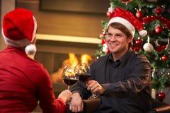 Pares felices que celebran la Navidad Foto de archivo libre de regalías