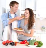 Pares felices que cocinan junto Imagenes de archivo