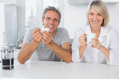 Pares felices que comen café en la mañana Fotos de archivo libres de regalías