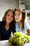 Pares felices que comen las uvas frescas Fotos de archivo