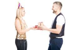 Pares felices que comparten presentes fotografía de archivo libre de regalías