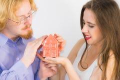 Pares felices que compran la nueva casa Fotos de archivo libres de regalías