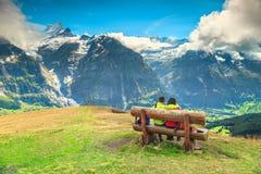 Pares felices que disfrutan de la visión desde arriba de la montaña fotografía de archivo libre de regalías