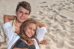 Pares felices que disfrutan de vacaciones en la playa Foto de archivo libre de regalías