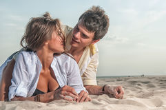 Pares felices que disfrutan de vacaciones en la playa Fotografía de archivo