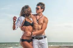 Pares felices que disfrutan de vacaciones en la playa Imagen de archivo libre de regalías