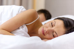 Pares felices que duermen en cama Foto de archivo libre de regalías