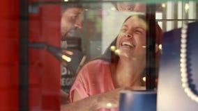 Pares felices que hacen compras junto en la alameda almacen de metraje de vídeo