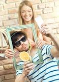 Pares felices que hacen el selfie fotos de archivo