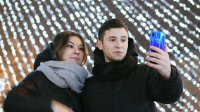 Pares felices que hacen la llamada video a su familia el la noche del Año Nuevo con enhorabuena, la Navidad y el Año Nuevo metrajes