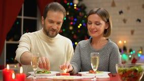 Pares felices que llevan a cabo las luces de Bengala, víspera romántica de Navidad juntas, árbol que chispea metrajes