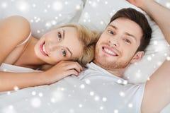 Pares felices que mienten en cama en casa Fotos de archivo libres de regalías