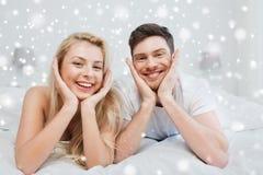 Pares felices que mienten en cama en casa Fotografía de archivo