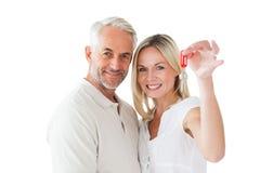 Pares felices que muestran su llave de la nueva casa fotografía de archivo libre de regalías