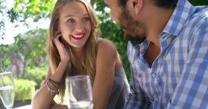 Pares felices que obran recíprocamente con uno a durante almuerzo almacen de metraje de vídeo