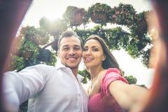 Pares felices que pasan tiempo en un parque Foto de archivo