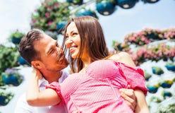 Pares felices que pasan tiempo en un parque Fotografía de archivo libre de regalías