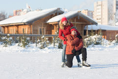 Pares felices que patinan en el invierno de la pista Fotos de archivo libres de regalías