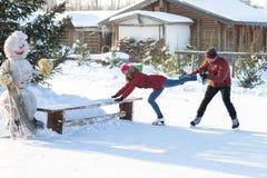 Pares felices que patinan en el invierno de la pista Fotografía de archivo libre de regalías