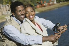 Pares felices que pescan junto Foto de archivo libre de regalías
