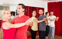 Pares felices que practican danza lenta Fotografía de archivo libre de regalías