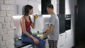 Pares felices que preparan el desayuno junto metrajes
