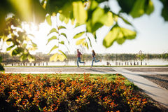 Pares felices que recorren en el parque Imagen de archivo libre de regalías
