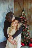 Pares felices que se besan con las bengalas ardientes fotografía de archivo libre de regalías