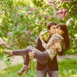 Pares felices que se besan de los jóvenes en amor Foto de archivo libre de regalías